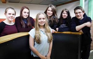 På bilden syns Frida Blomqvist, Hanna Engman, Magdalena Andersson, Elin Cardegren, Emil Laudon och Frida Viberg. De ska börja gymnasiet i höst.