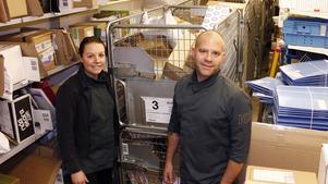 Jenny Liljeberg och Tobias Larsson på Ica Supermarket Norrköp har fullt upp med att sortera och dela ut paket. Från nu fram till jul är det mest hektiskt.