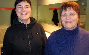 Sussi Zetterström och Kerstin Johansson i ett av de renoverade duschrummen.