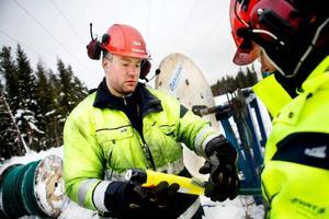 Stefan Svensson med en laddning tillsammans med Tommie Hjort vädersäkrar elnätet genom att spränga ihop skarvarna.