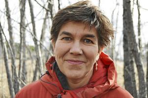 Anna Erlandsson är en av 20 konstnärer i utställningen som nu flyttas fram.