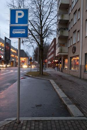 Skylten utanför Adjunkten visar att det rör sig om en hållplats reserverad för parkering av bussar. Är den tom gäller tio minuter för på- och avlastning för personbilar.
