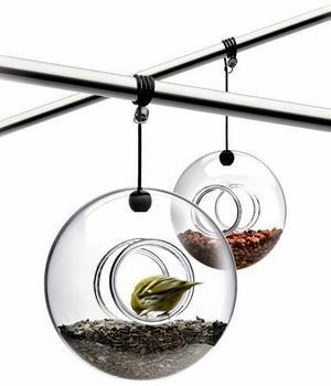 Montera den munblåsta glaskulan på en gren eller under en takbalk och fyll med valfri fågelmat. Den är cirka 23 centimeter i diameter och kostar 339 kronor.