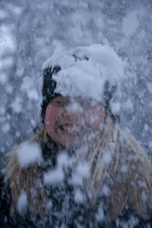 Ett härligt porträtt taget av Jennie Wadman på sin lillasyster i Gräftåvallen. Bilden känns spontan med ren snöglädje - ett mycket fint porträtt. Bilden skulle kunna tjäna på är om den ljusas upp lite i efterbehandlingen.
