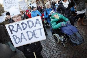 Rädda habiliteringsbadet på Frösön. Det var temat för den demonstration som gick genom Östersund vid lunchtid på onsdagen.