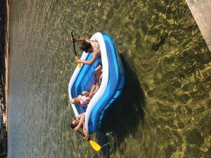 Jani, Pontus och Änglah löser det på bästa sätt när vattnet är för kallt för att bada i. Tempen visade 12,5 grader i Varamobadet. Så då tar man en pool och tar en tur i solskenet istället!