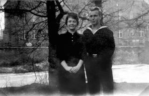 Bernd på permis från Sjöfartsskolan med syster Ingrid i övre tonåren.