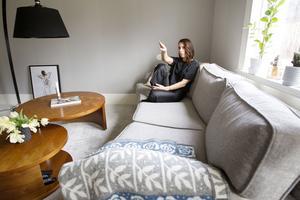 Det finns ett ställe i soffan som Cicci tycker om. När hon sitter där ser hon ända bort till köket.