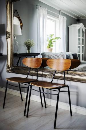 Stapelbara stolar som stod i husets källare när de flyttade in. Här kommer de till sin rätt.