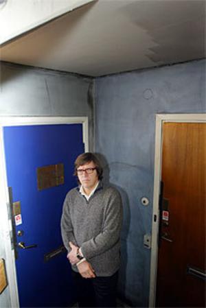 En anlagd brand i handikapphissen på Torggatan 1 i Sandviken får konsekvenser för de boende. Flera hyresgäster har fått nedsotade lägenheter. Tandläkaren Tomas Jansson, som har sin praktik i huset, tillhör de drabbade. Foto: Lasse halvarsson