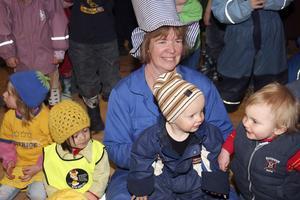 Förskollärare Lena Bygren  med några av sina småttingar från dagiset Törnrosen. De trivdes och kunde sedan se fram emot både lunch ute i det fria och besök av en glassbil.
