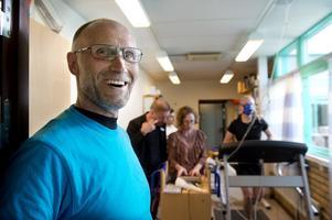 Peter Bergström skiner i kapp med solen när han får visa Timrå gymnasiums nya fyslabb.