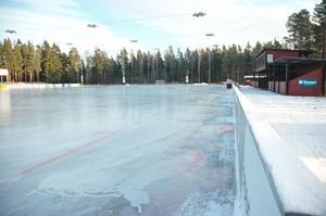 tredje gången gillt? De två senaste åren har Skutskärs bandyklubb spolat is på banan i december. Men i år har två isar redan smält. Nu finns is på banan som klubben tror kommer klara sig.