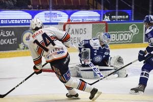 Växjös Emil Pettersson slår in 0-3 bakom målvakten Atte Engren.