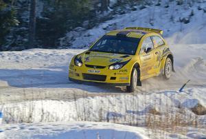Så här såg det ut när P-G Andersson gjorde en av sina senaste framträdanden i VM. Det handlar om Svenska Rallyt år 2012. Här är han på den sista etappen i Värmland, med kartläsaren Emil Axelsson, i sin Proton Satria Neo S2000.