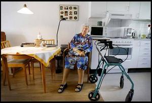 Britta Olsson känner sig maktlös när hon inte kan göra något åt att kommunen drar ner på aktiviteterna på äldreboendet. - Det är ingen idé att bli arg, jag kan ändå inte påverka, säger hon.