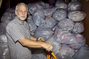 Jerker Svensson på Dakapo berättar att de inom kort ska placera ut en insamlingsbox i Delsbo så nära Humanas som möjligt, så att folk själva kan välja vart de vill skänka sina kläder.