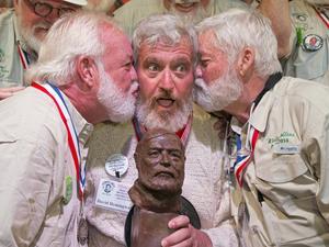 Dave Hemingway, i mitten, tar emot gratulationer från sina konkurrenter Charlie Boise och Wally Collins under en Hemingway-look-alike-tävling i Florida.   Foto: Rob O'Neal/AP/TT