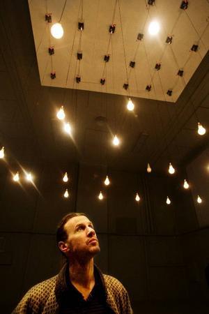 """I """"Elo"""" dansar 36 glödlampor  i en avancerad koreografi  av Christian Partos."""