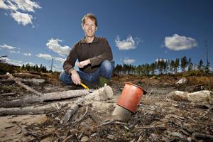 Ett gammalt borrhål markeras med röda trattar för att undvika punktering på skogsmaskiner