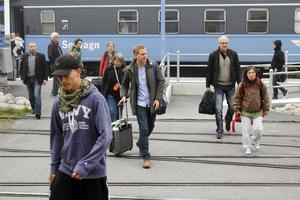 """Efter en timmes tågförsening kom Miljöpartiets språkrör Gustav Fridolin fram till Östersund på torsdagsmorgonen. Partiet har tåg i tid som sitt vallöfte. """"Det behövs verkligen"""", sa Fridolin som var skakad efter branden."""