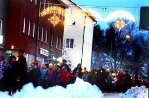 Stureskolans elever marscherade med facklor längs Åsgatan.