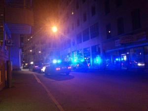 Flera poliser var i husrannsakan mot bilen vid Järntorget.
