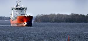 M/S Coral Ivory går i dag i trafik på Köpings hamn. Insändaren tvivlar på att fler fartyg kommer att välja Köping i framtiden.