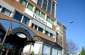 Stationshotellets ägare har inte kunnat betala hyran och begär nu hotellet i konkurs.