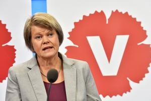 Riksdagsledamoten Ulla Andersson (V) lyfter frågan om Kronofogdens beslut att lägga ner kontoren i Mora, Arvika och Hudiksvall, till finansminister Magdalena Andersson (S).