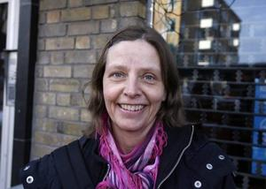 Ursula Håkansson, 48 år,Gävle, sjukgymnast–Det man ska värna är de yngre och de äldre så att de inte får det ännu sämre än idag. Äldreomsorgen och skolan är jätteviktiga och ska prioriteras. Därifrån ska man inte ta några pengar. Men jag vet inte var pengarna ska tas ifrån.
