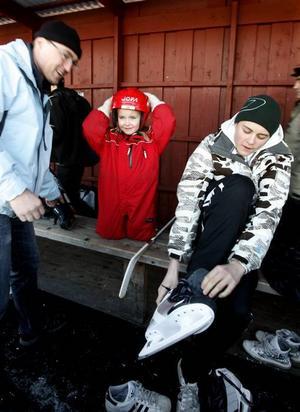 Hockeyspelare. Hans-Peter, Lovisa och Kalle Nilsson var några av dem som snörade på sig skridskorna på Brynäsvallen.