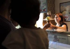 Margaretha Andersson har fullt upp just nu på kaféet som hon öppnade för precis en vecka sedan.