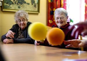 Det gäller att vara beredd när de färggranna bollarna kommer flygande i luften. Ingegerd Söderström och Rut Andersson hänger med i svängarna.