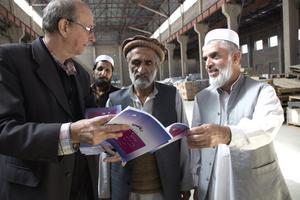 Sida vid sida. Björn-Åke Törnbloms arbete med afghanska kollegor ger honom inblick i en värld bortom de flesta resebyråers räckvidd.