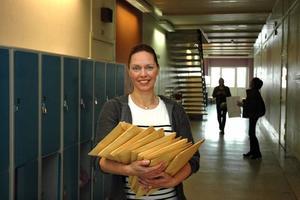 ENKÄTER. Drog- och folkhälsosamordnare Mia Törnblom med de drygt 200 enkätsvaren som ska hjälpa till att kartlägga Perslundaelevernas alkoholvanor.