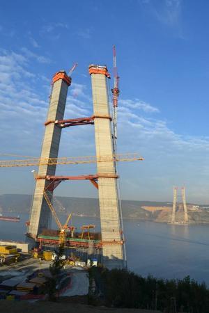 Borlängeföretaget Bygging-Uddemann har byggt de 207 första metrarna på dessa bropelare i Istanbul.