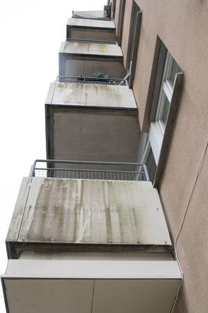 Allra skitigast är balkongerna som vetter mot Kaplansgatan.
