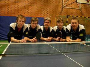 Strömsund vann herrarnas division 3 och är därmed klar för tvåan. Här är det segrande laget. Från vänster: Patrik Larsson, Niklas Larsson, Sture Rhodin, Dennis Berglin och Per-Erik Larsson.