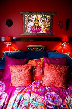 Sovrummet är klarrött och i en orientalisk touch.