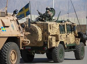 En soldat från det svensk-finska skyttekompaniet Quebec Lima på patrull i det det svenska ansvarsområdet i norra Afghanistan. Den svenska insatsen har varit helt beroende av de lokala tolkarna.
