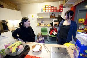 Karen Forsgren (längst till vänster) jobbade tillsammans med dottern Maya Forsgren och mammorna Linda Öhrn och Katarina Hyson i caféet på Nynäs IP i går. Deras söner spelar i GGIK:s P17-lag och då ingår det att ställa upp och jobba ideellt, sälja lotter och restaurangchansen och dessutom dyra medlemsavgifter och dyr utrustning.