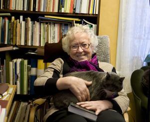 Böcker finns det gott om hemma hos bokälskaren Hervor Sjödin. Husdjur finns också i form av de två snarlika kattsyskonen Titti och Ehrling. Matte har för det mesta sällskap av någon av dem.