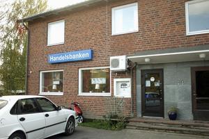 Dagen efter rånet på Handelsbanken i Gnarp är det lugnt. Inte många kunder har varit där idag, kanske för att de tror att banken har stängt.