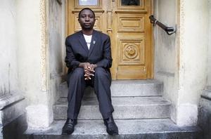"""VÄNNEN DÖDADES. Frank Habineza är ordförande i Rwandas gröna parti. Under årets valrörelse mördades hans närmaste partivän. """"Vi vet inte vem som dödade honom. Vi har bett regeringen utreda dödsfallet, men har inte sett något resultat"""", säger Frank Habinez"""