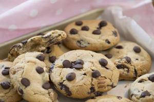 Mumsiga chokladcookies är något av Manuelas favoritkakor. Både att baka och äta.Foto: Leif R Jansson/TT