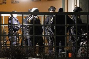 Poliser beväpnade med automatvapen ryckte in i flera lägenheter i Säter efter att den unga kvinnan skjutits i benet.