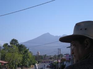 På en hästdragen vagn genom staden Granada. I bakgrunden syns vulkanen Mombacho.