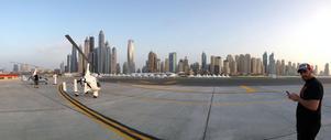 Med Dohas skyline i bakgrunden en bild från det flygfält i Qatar där Tim jobbar som instruktör.