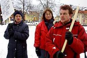 Foto: EMMA EDERYD Lågavlönade. Helena Rehn, Mona Nilsson och Elisabet Fors arbetar som habiliterare med förståndshandikappade i Sandviken. De fanns på plats utanför stadshuset på onsdagen tillsammans med flera andra medlemmar i Kommunal för att demonstrera.